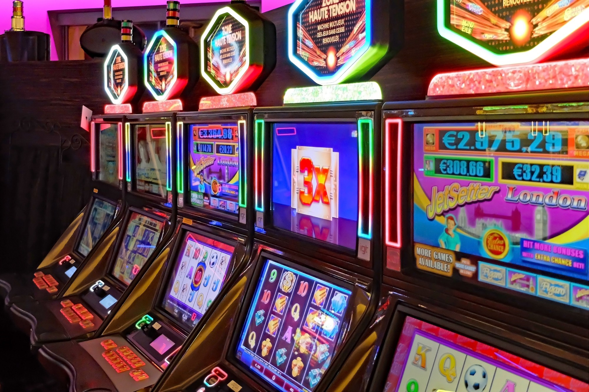 8 Reasons Why So Many People Play Online Slots