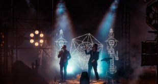 """Puscifer's """"Existential Reckoning: Live at Arcosanti"""" Proves That a Worldwide Pandemic Can't Stop Rock and Roll"""