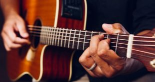 <strong>How to Find the Right Guitar for Small Hands</strong>